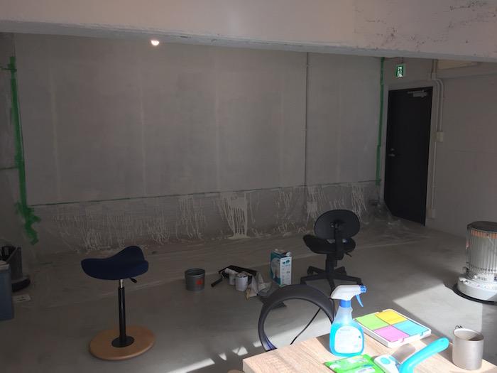 入居当時の事務所、壁の塗装作業中。