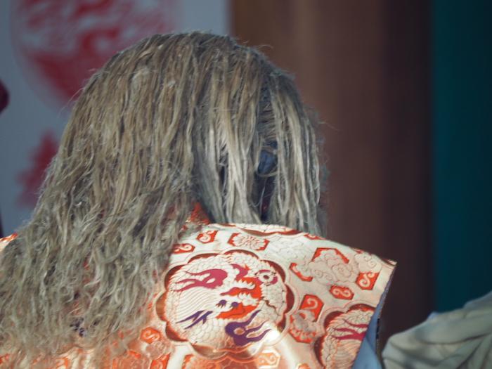 天岩戸神社。何かの儀式で、神妙に頭を下げる、おそらく天手力男命