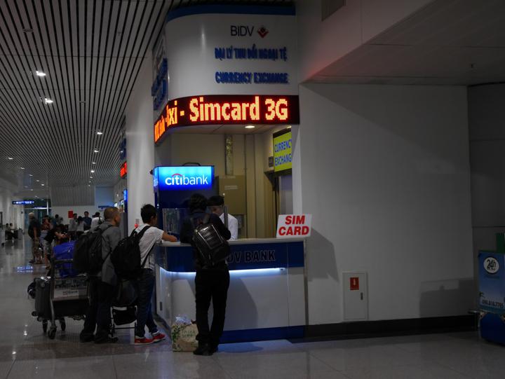 空港でSIMを購入、1,000円程度。これでネット回線確保