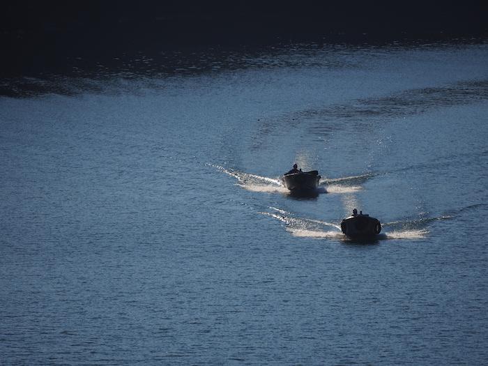 耳川を走るモーターボート