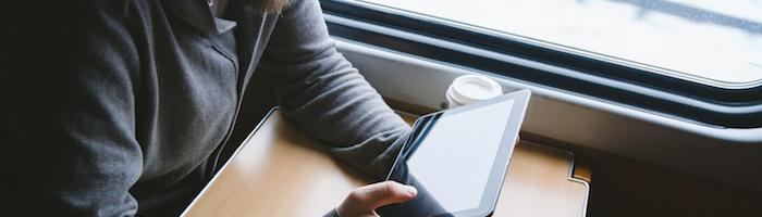 タブレットを電車で眺める